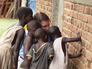 Bob Creson showing Bwisi children photos on his phone (He visited there in 2009.)